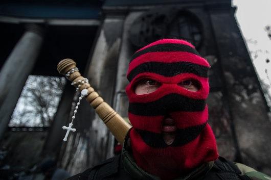 Tüntető áll a Hrushevskoho utcában felállított barikádon.2014.02.02