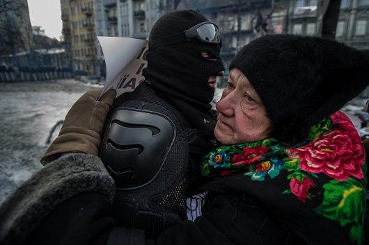 Egy idő hölgy megölel egy tüntetőt a Hrushevskoho úti barikádon.2014.01.29.