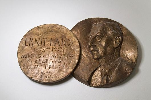 Ernst Lajos domborműves emléktáblája – Czinder Antal szobrászművész alkotása – a Capa Központ aulájában. (Fotó: Németh Dániel)
