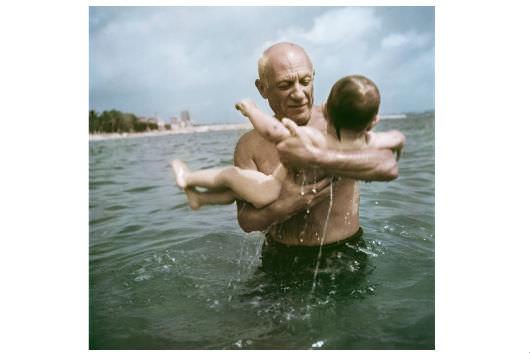 Robert Capa: [Pablo Picasso fiával, Claude-dal játszik a vízben, Vallauris, Franciaország], 1948 © Robert Capa/International Center of Photography/Magnum Photos