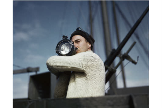 Robert Capa: [A legénység tagja jelet ad az USA-ból az Atlanti-óceánon át Angliába tartó szövetséges konvoj másik hajójának], 1942 © Robert Capa/International Center of Photography/Magnum Photos