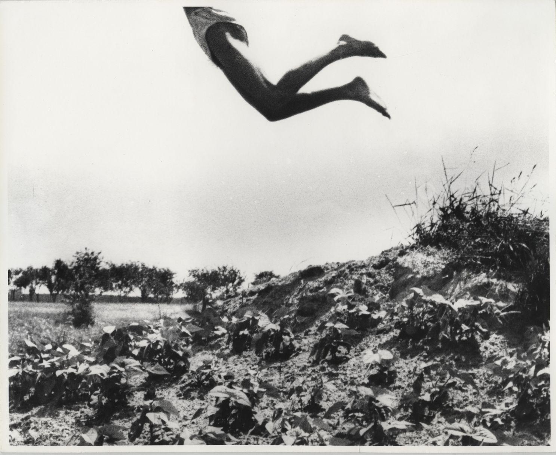 André Kertész: Jenő öcsém mint Ikarus, Dunaharaszti, Magyarország | My Brother Jenő as Icarus, Dunaharaszti, Hungary, 1919/1967 © Courtesy André Kertész Memorial Museum, Szigetbecse, Hungary