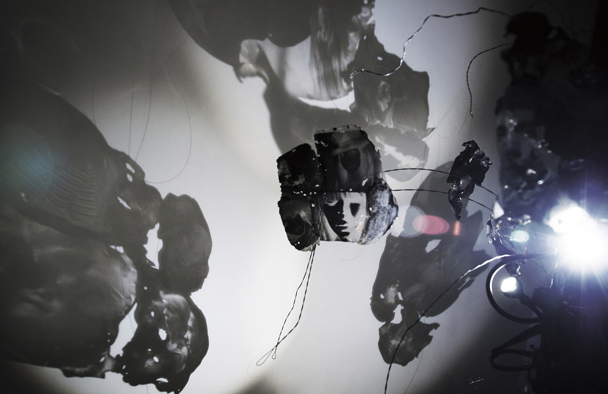 """Installáció: Száraz Kata, """"Világoskamra"""" installáció"""