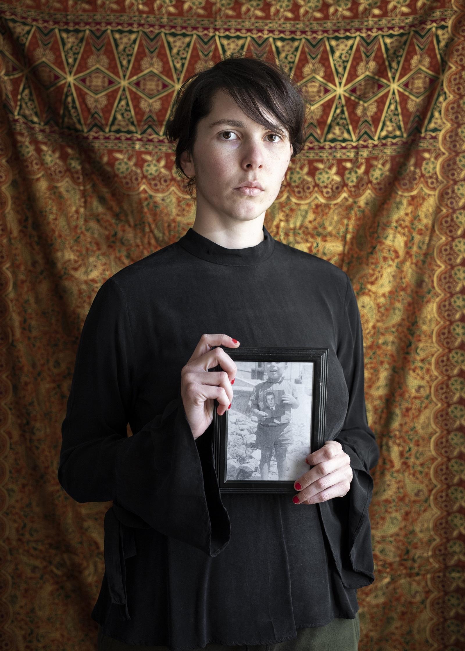 Glorija Lizde: Apám fényképét tartom, aki az apja fényképét tartja (Fearless Youth [Vakmerő ifjúság] című sorozat), 2021 © Glorija Lizde