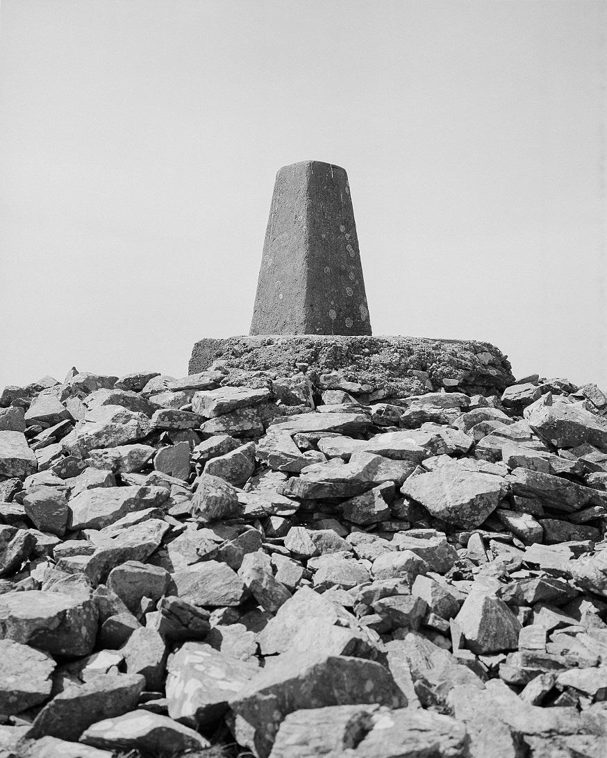 Mark McGuinness: Térképészeti szolgálat háromszögelési pont (Slowly Westward: A journey through a folded landscape [Lassan nyugat felé: Utazás egy hajtogatott tájon keresztül] című sorozat), Lyons Hill, Írország, 2019 © Mark McGuinness