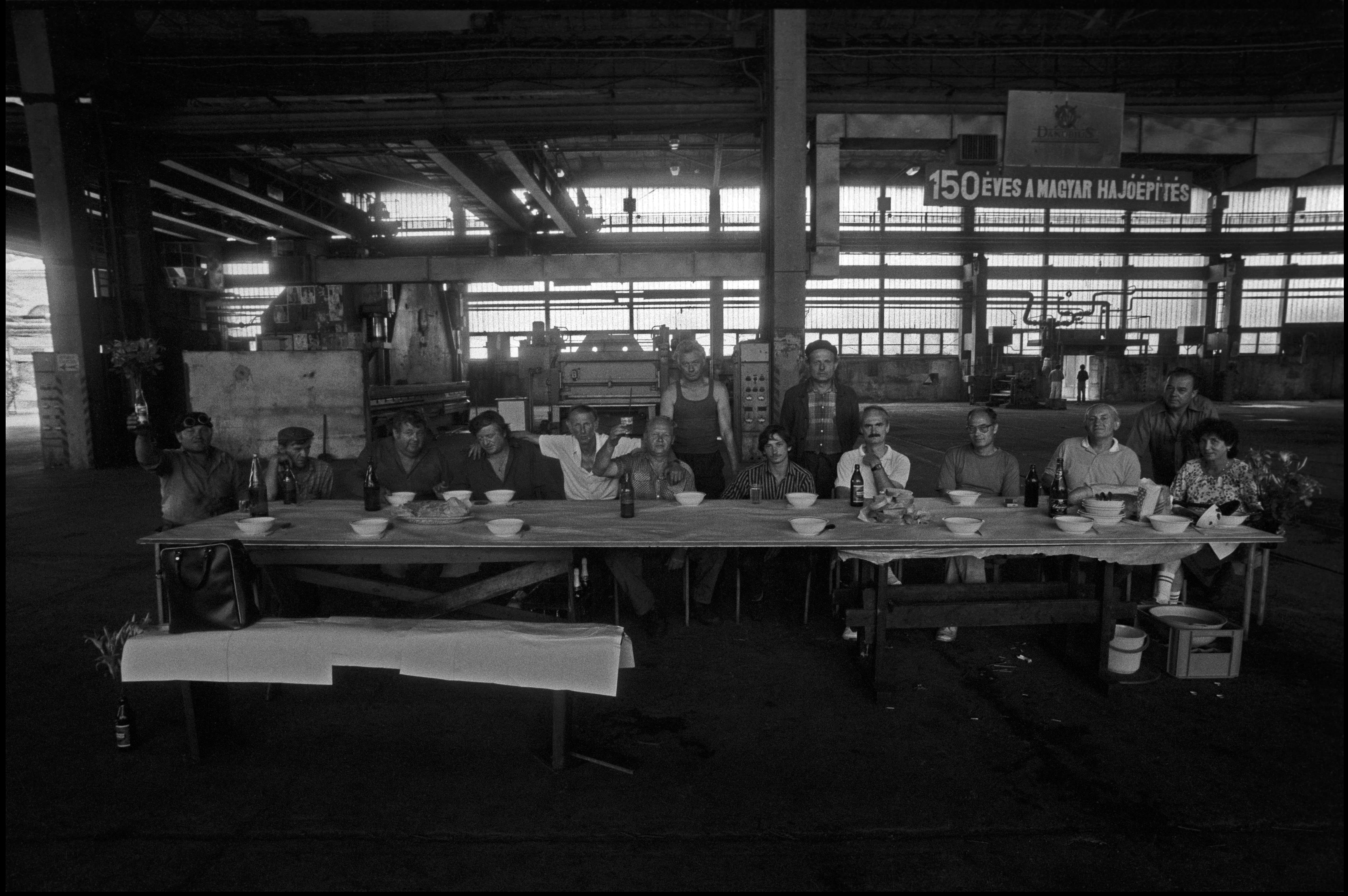 Pataky Zsolt: Az utolsó vacsora, az Óbudai Hajógyár bezárása, 1990 © Pataky Zsolt