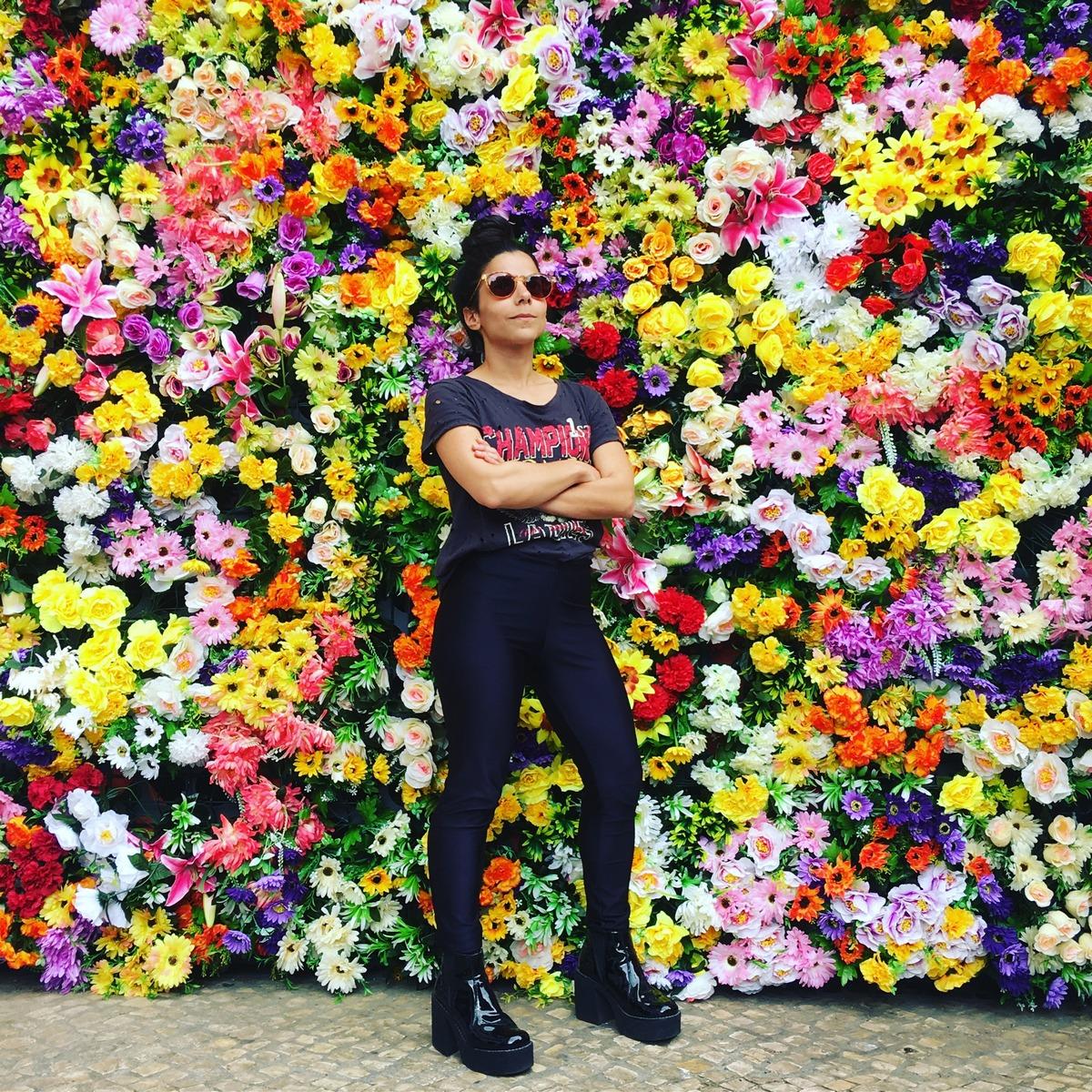 Szász Lilla: Lány virágok között, részlet az Öndivatbemutató című sorozatból, 2018, lambda print, 15x15 cm © Szász Lilla