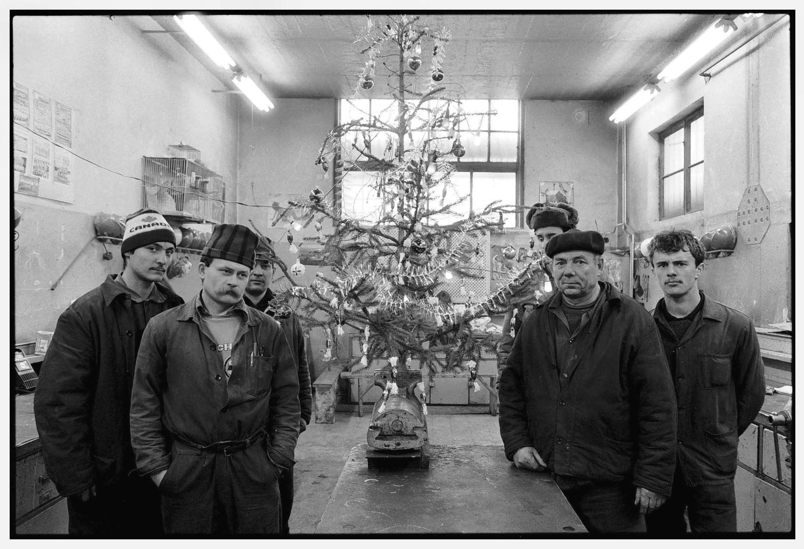 Benkő Imre, Csőszerelő műhely, Ózd I Plumber's Workshop, Ózd, Hungary, 1989 © Benkő Imre