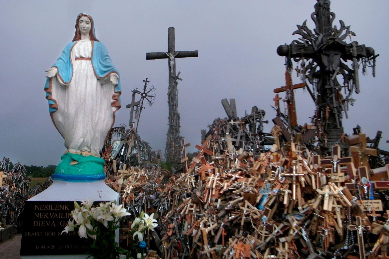 Erdei Krisztina, Keresztek hegye, Litvánia [Antiglamour 64 (sorozat)] I Hill of Crosses, Lithuania [Antiglamour 64 (series)], 2011 © Erdei Krisztina