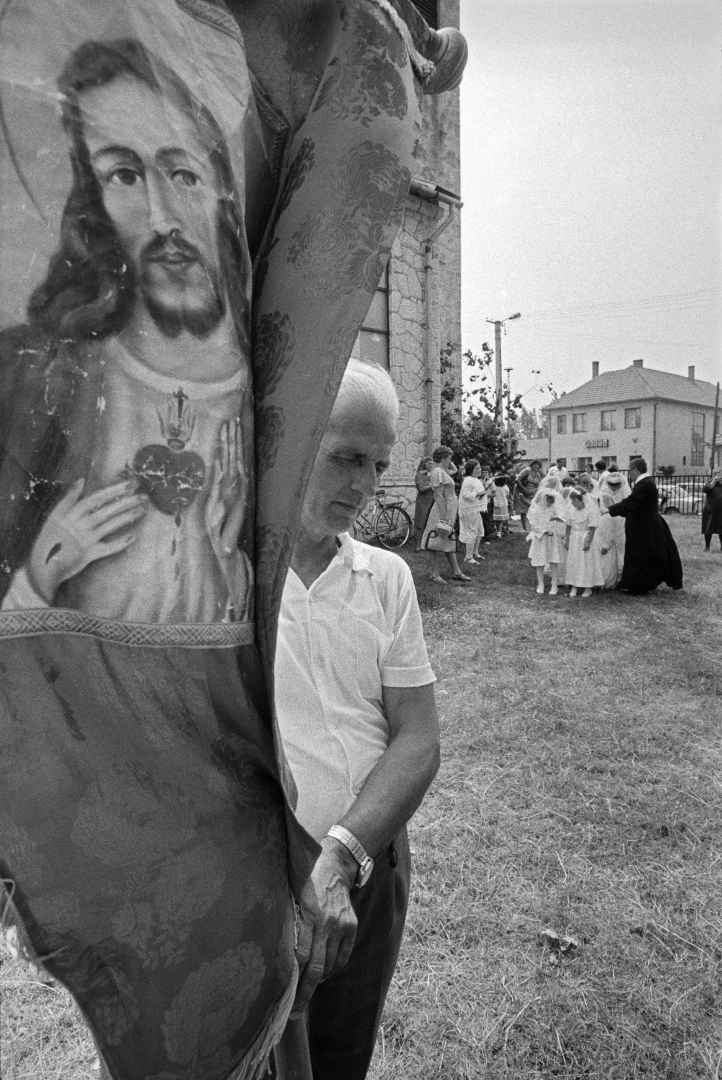 Korniss Péter, Úrnapi körmenetben (A vendégmunkás sorozat) I At the Corpus Christi Procession (The Guest Worker series), 1983 © Korniss Péter/Courtesy of Várfok Galéria