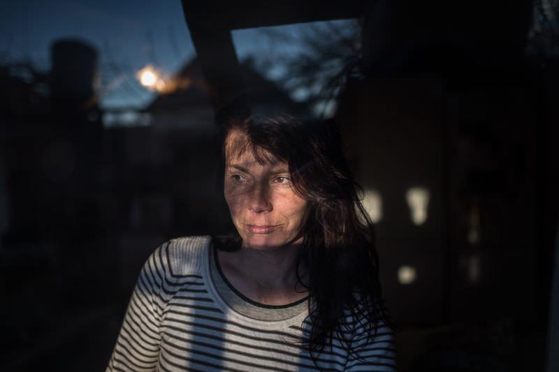 Móricz-Sabján Simon: Mária sok év után dolgozik ismét, a helyi kocsmában pultos reggel 6-tól este 9-ig, hétfőtől péntekig, napi 5000 forintért.