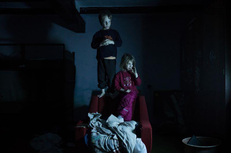 Móricz-Sabján Simon: Luca és Bence televiziót néznek este a gyerekszobában