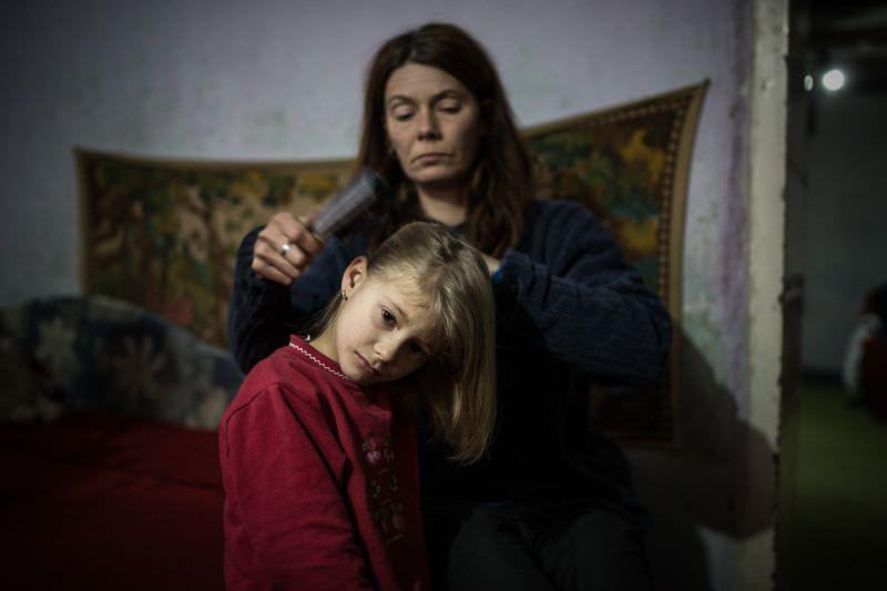 Móricz-Sabján Simon: Mária és Luca kora reggel készülnek az iskolába. Luca minden nap reggel fél hétkor indul bátyjáival az iskolába