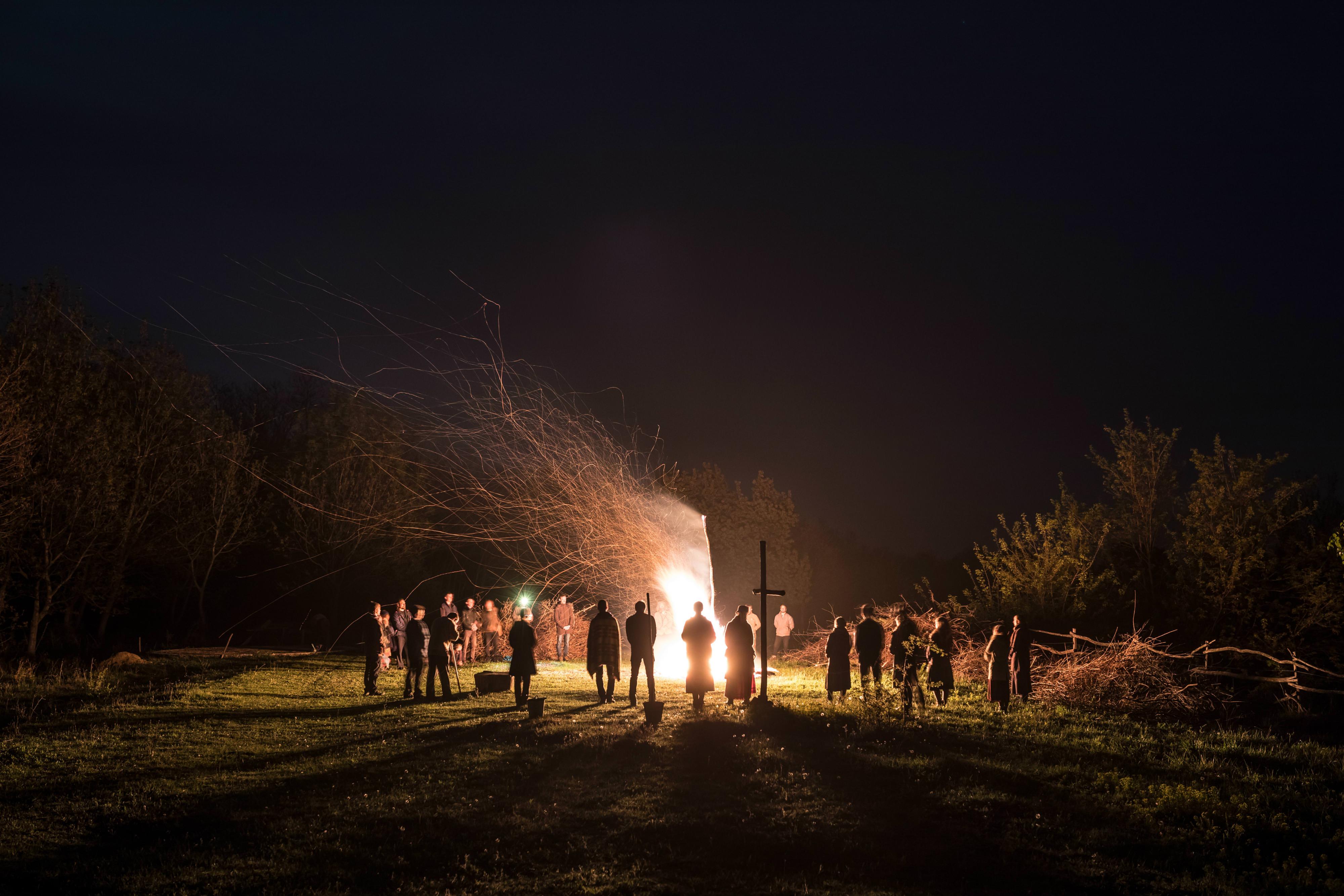 Kállai Márton: Húsvét ünnepe öt napig tartó közösségi programokat jelent. Pásztortűz Nagyszombat éjjelén (2017) | Márton Kállai: The celebration of Easter means five days of community activities. Night fire on Holy Saturday night (2017)