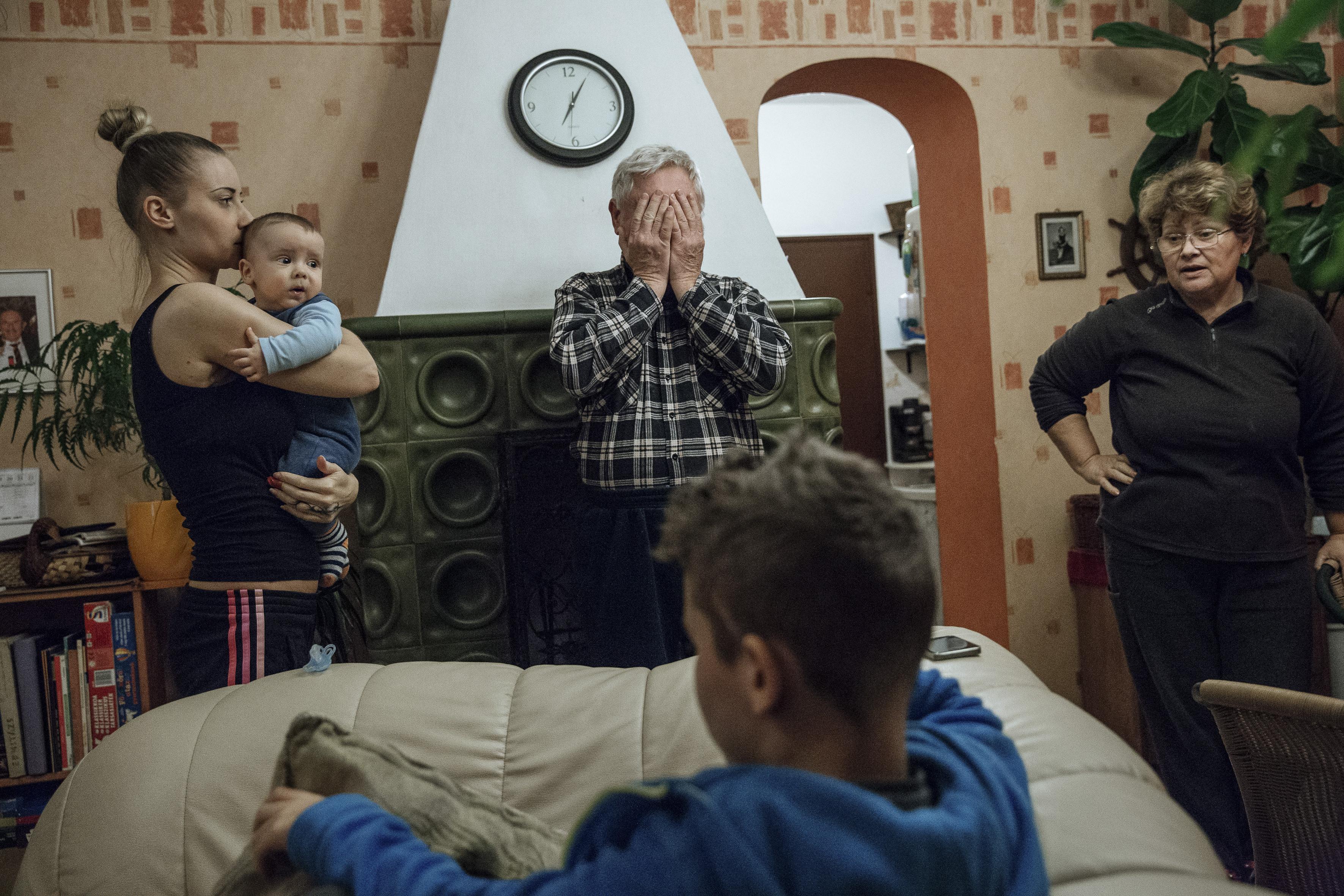 Ajpek Orsolya: Otthon, édes otton (részlet a sorozatból)