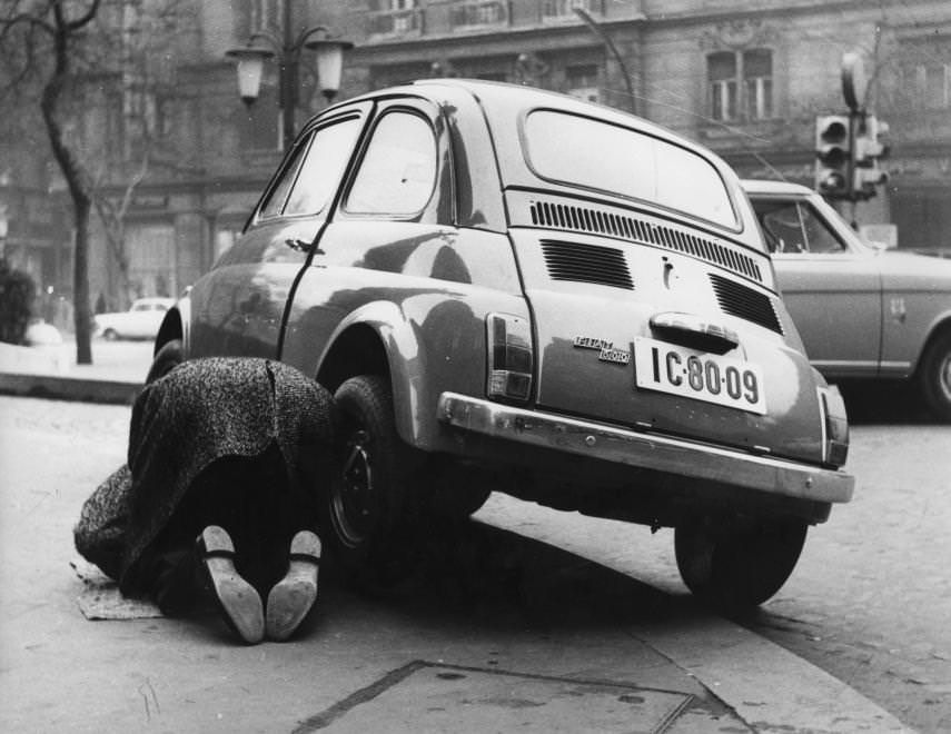 Urbán Tamás: Szent István körút, Fiat 500-as személygépkocsi a Vígszínház előtt, 1975 © Urbán Tamás/Fortepan