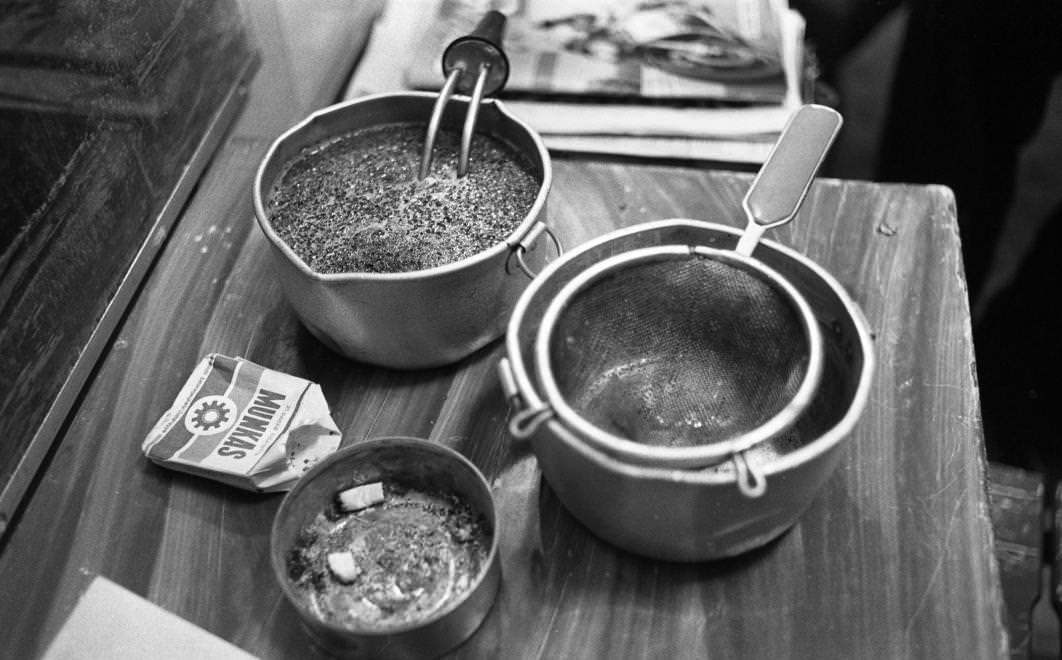 Urbán Tamás: Márianosztrai Fegyház és Börtön, túladagolt tea (dobi) főzése merülőforralóval, 1987 © Urbán Tamás/Fortepan