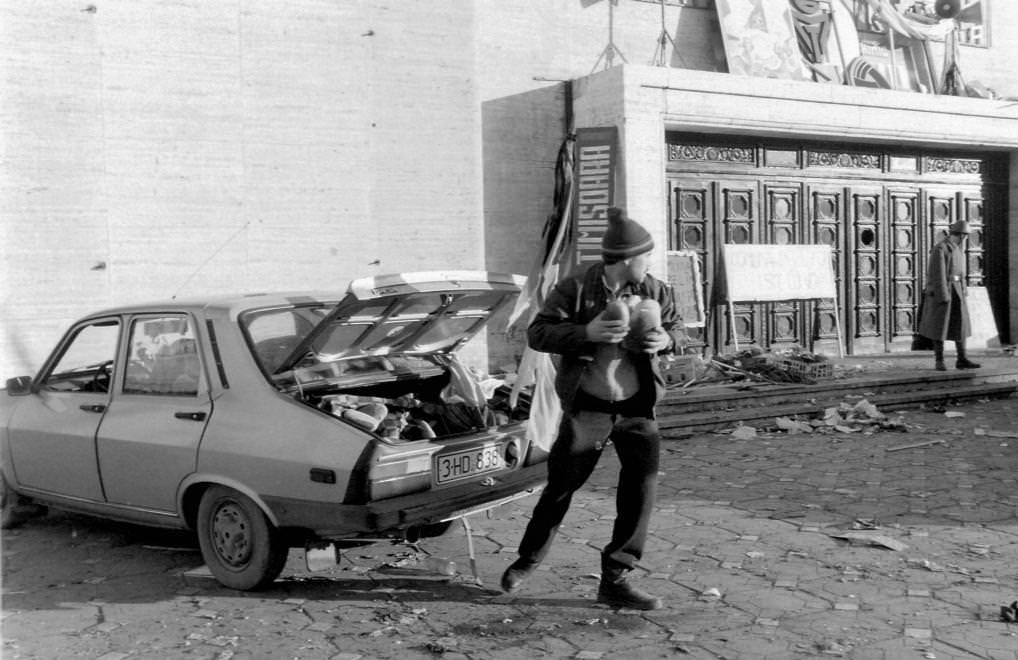 Urbán Tamás: Piata Victoriei, Román Nemzeti Színház és Operaház. Romániai forradalom, Temesvár, 1989 © Urbán Tamás/Fortepan