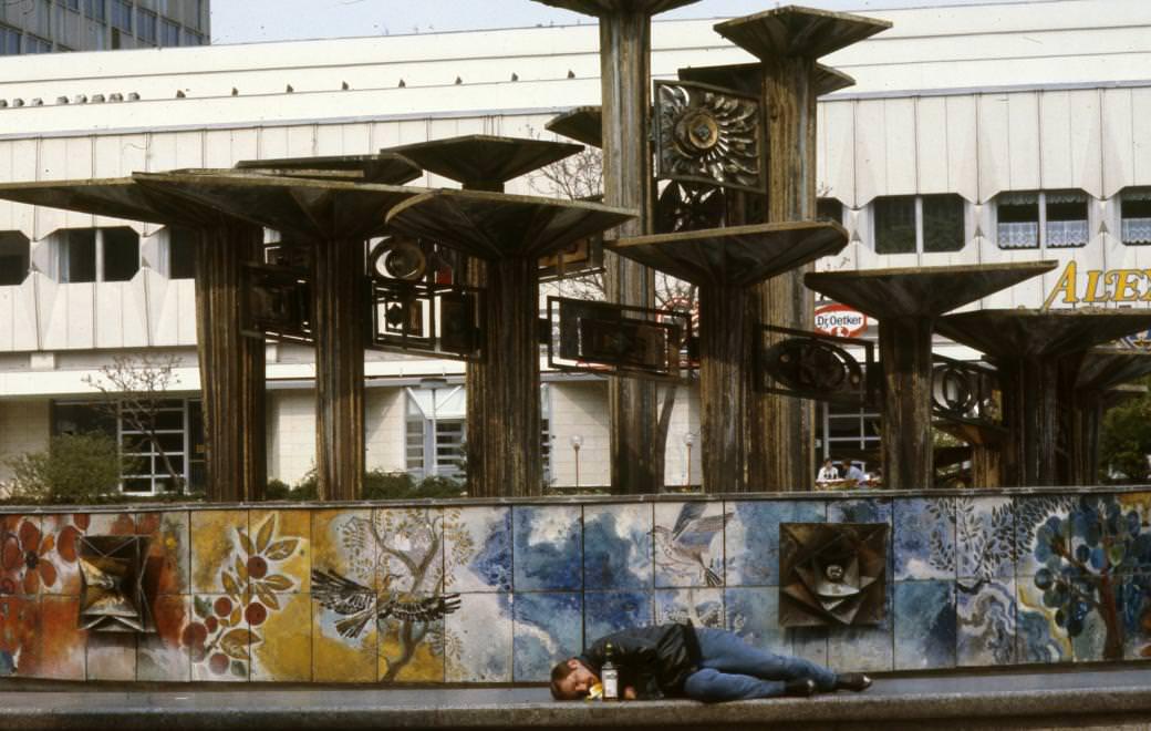 Urbán Tamás: Alexanderplatz, Népek Barátsága szökőkút (Brunnen der Völkerfreundschaft). 1990 © Urbán Tamás/Fortepan